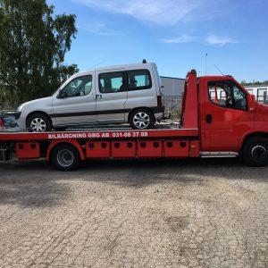 Skrota bilen Göteborg. Auktoriserat företag som hämtar upp skrotbilar för vidare transport till bilskroten. Ersättning betalas ut för kompletta skrotbilar som inte saknar några delar.