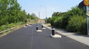 Hinder på vägen kan vara förbättring av trafiksäkerheten. Lägre hastigheter krävs på vissa platser för att öka säkerheten.