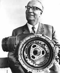 Felix Wankel, DeWankelmotor har en annorlunda i struktur än den traditionella kolvmotorn. I en kolvmotor rör sig kolvar upp och ner i cylindrar. Wankel-motorn en triangulär cirkulär rotor som vrids i en sluten kammare.