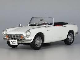 År 1962 producerades Honda de första bilarna av modell S600. Två år senare  presenterades den första Formel1-bilen i tyska Grand Prix. Två år senare  introducerades den på den amerikanska marknaden med modell H1300 Super Sedan.