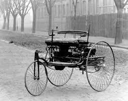 """Mercedes. Den 29 januari 1886 sattes världen i rörelse på ett sätt som kom att förändra den för alltid. Det var då Carl Benz lämnade in sin patentansökan för """"bensindrivet fordon"""". Bilen var född!"""