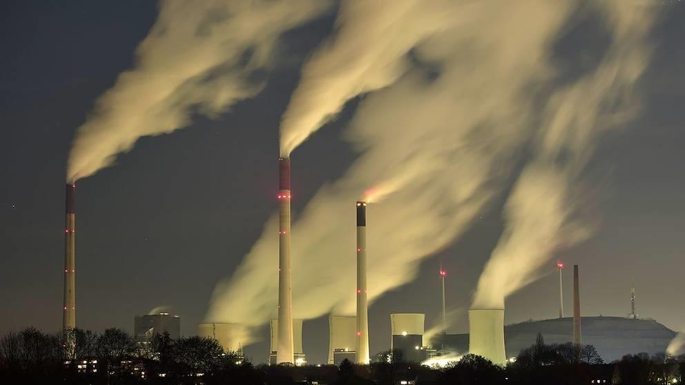 Miljön ställer krav på återvinning. Miljökatastrofer orsakade av växthusgaser blir allt fler. Bränder och översvämningar avlöser varandra.