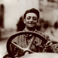 Enzo Ferrari föddes 1898 i Modena, Italien. Efter fullgjord värnplikt (1917) reste Enzo till Turin för att söka arbete hos Fiat. Trots rekommendation från armen anställdes han inte på företaget.